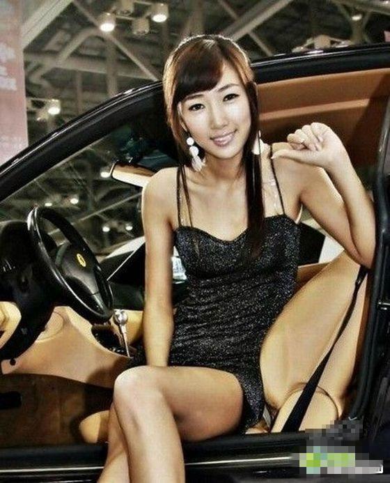 高清图—车展上 美女车模下体遭偷拍