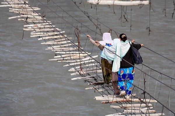 高清图—世界上最吓人的桥梁 个个悬在空中