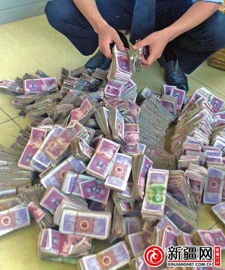 高清图—哈尔滨市民带400捆五毛钱买车 销售员5小时点清