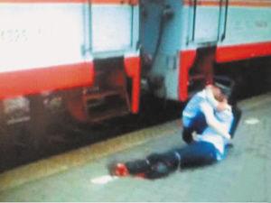 高清图—昌黎火车站河南90后实习警察为救卧轨者双腿被轧断