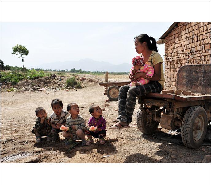 高清图—实拍陕西西安郊区煤窑中生存的孩子