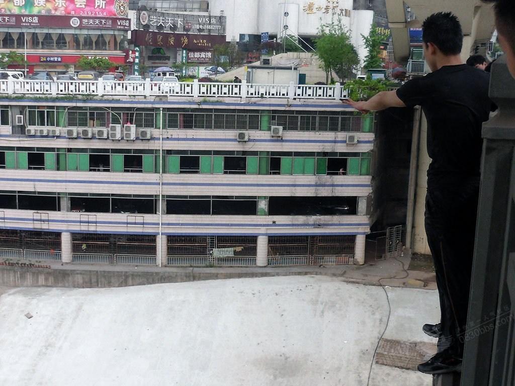 高清图—四川跑酷爱好者王子健跳沱江大桥后失踪 生死未卜