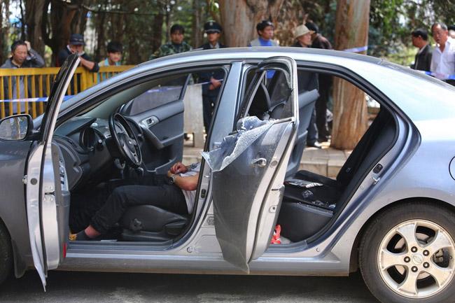 高清图—云南海埂大坝湖滨路和观景路交叉口男子轿车内自杀