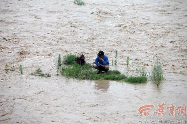 高清图—泄洪!男子在渭河桥南胜利大桥与世纪大桥间丧命全程