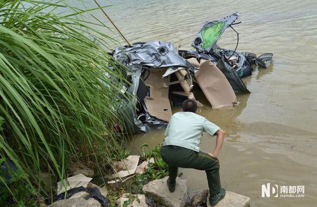 高清图—多辆轿车冲出越惠东县城江南路断头路坠入西枝江
