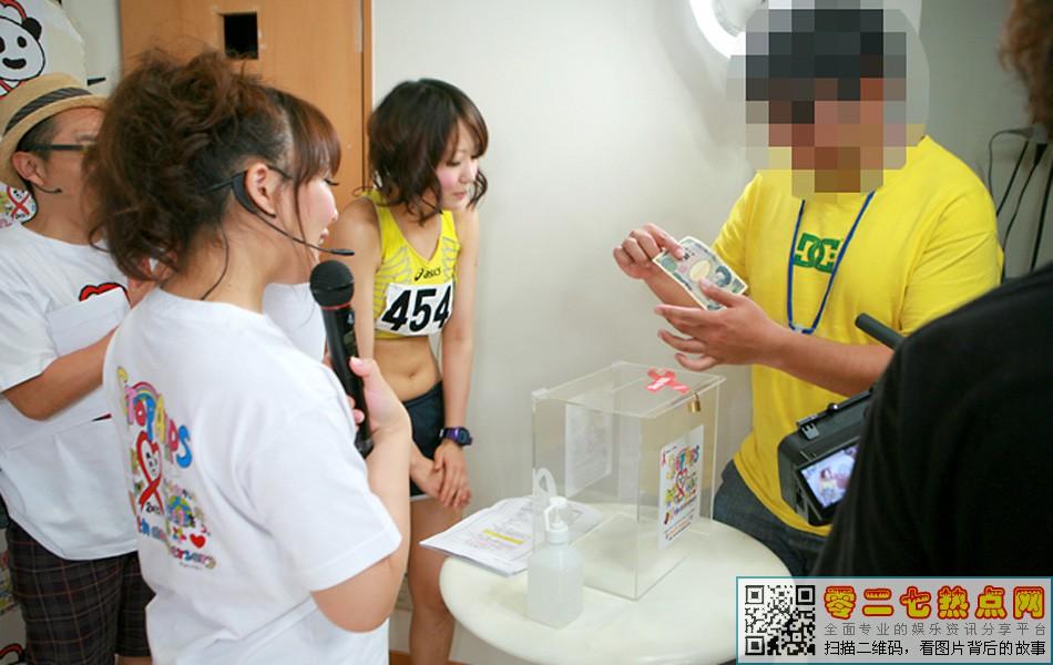 高清图—日本变态节目 摸女优胸部募捐(现场组图)
