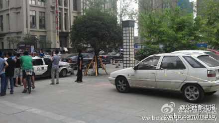 高清图—成都成华区华润二十四城二期17栋警察和匪徒激烈枪战
