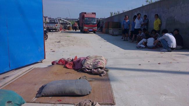 高清图—上海纪丰路双胞胎兄弟席地而睡遭货车碾压