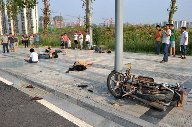 高清图—重庆渝北中央公园9名少年骑摩托打闹酿事故