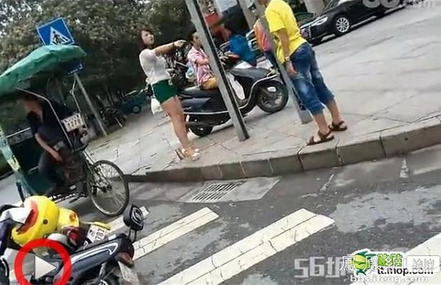 高清图—00后少年马路狂踢短裙少妇