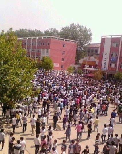 高清图—学生打砸河南省商丘市柘城县二高学校 警察不敢下车