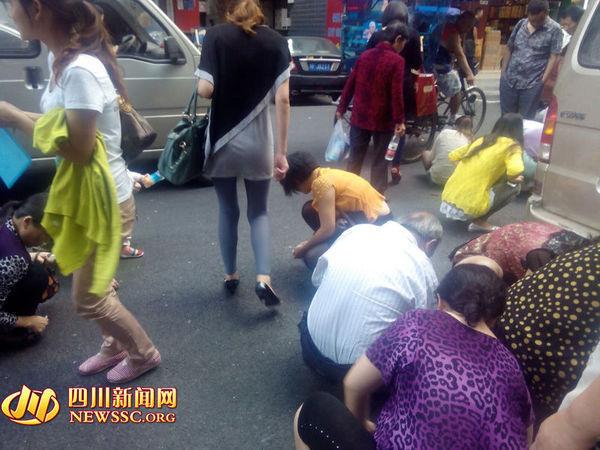 高清图—四川绵阳涪城区通安巷小偷当街撒金子 被哄抢一空