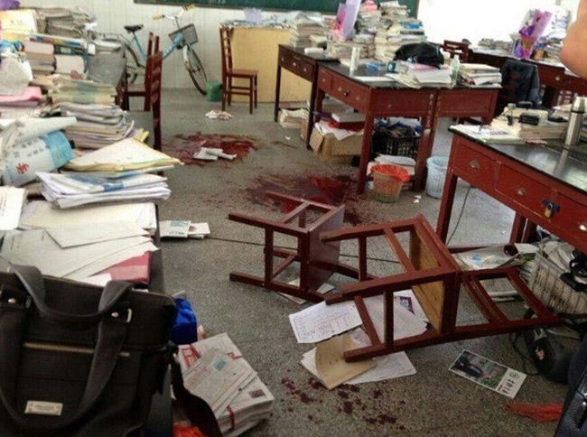 高清图—抚州临川二中班主任被在校高三学生当场捅死