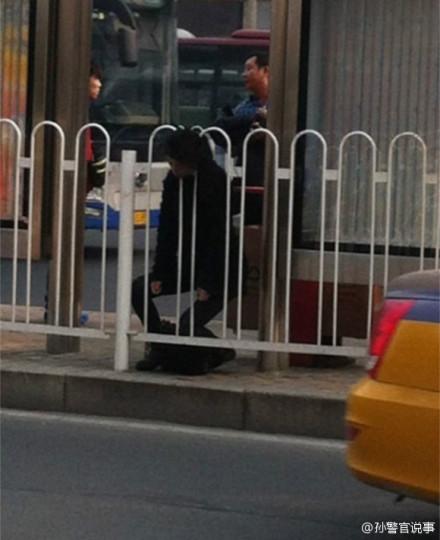 高清图—中关村科贸电子城一女子头颅被卡护栏