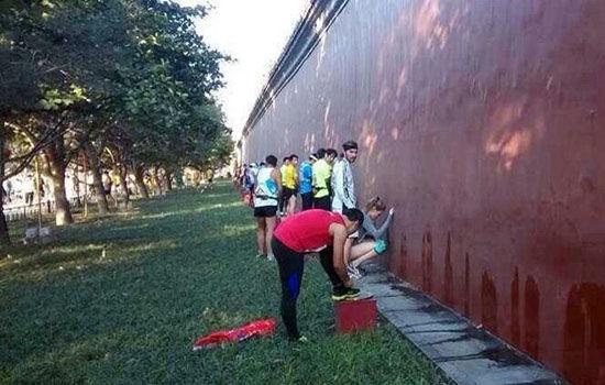 高清图—北京马拉松 女选手也随地小便