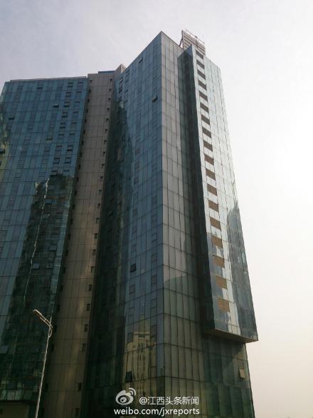 高清图—南昌市红谷滩未来谷新龙大厦男子身捆炸药冲楼顶
