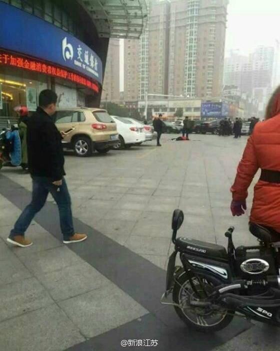 江苏沭阳青少年广场附近的交通银行楼女子抱小孩跳楼身亡