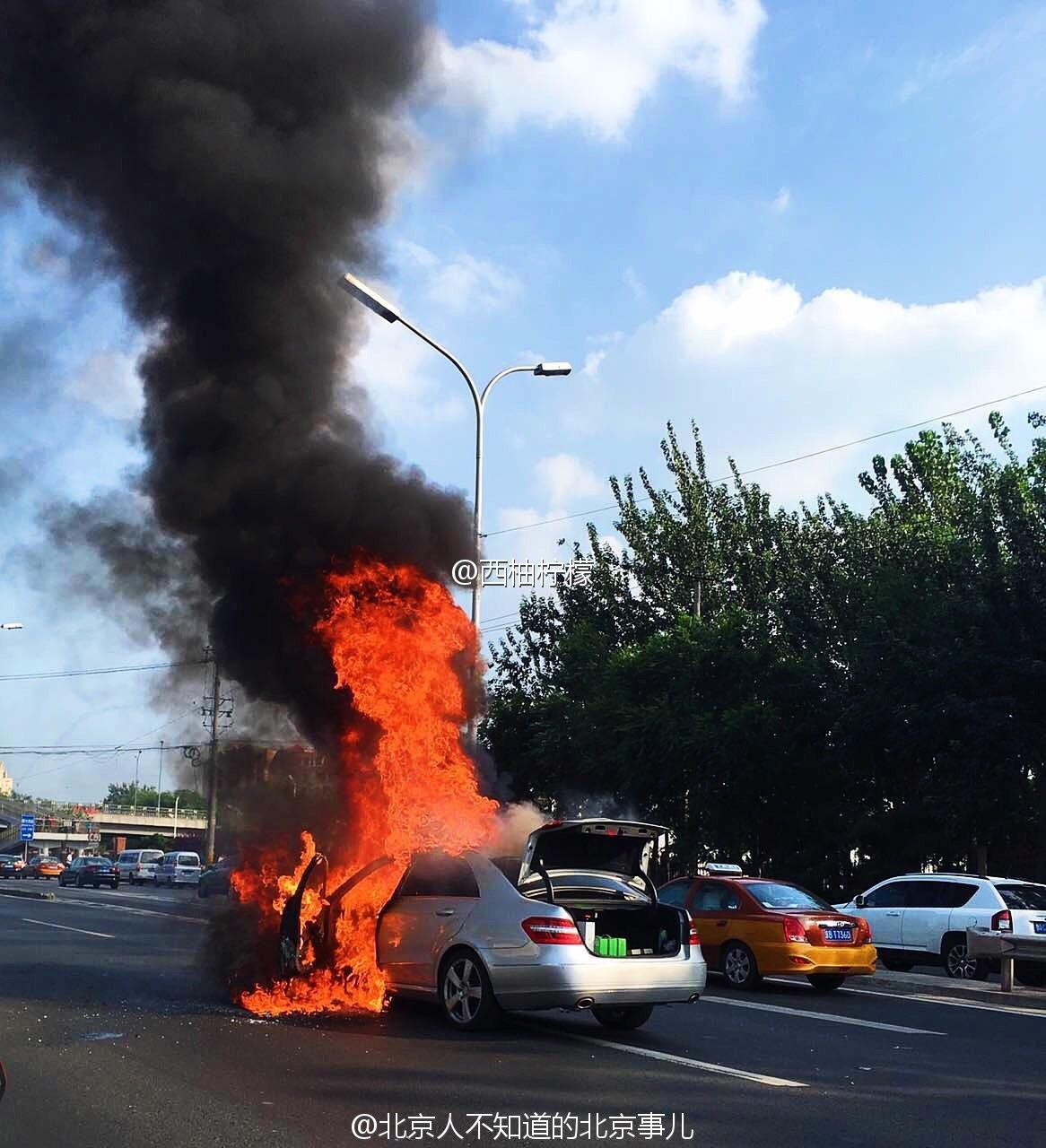 北四环西向东方向宜家正对面汽车着火燃烧 四环堵车