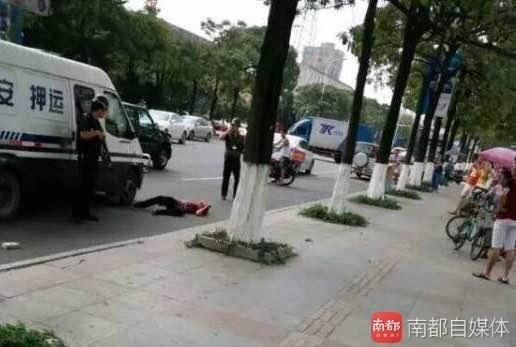 东莞长安乌沙环南路男子手持砖头疑追砸运钞车 被安保击毙
