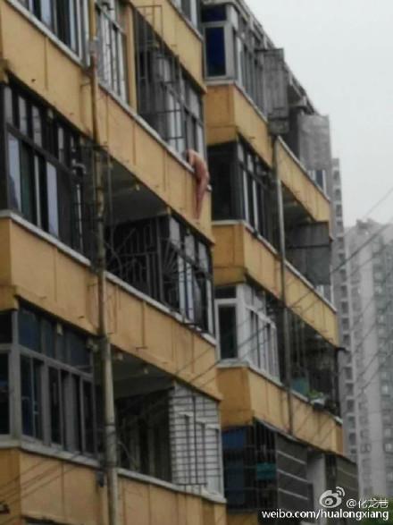 常州浦北新村4栋半空挂着一名裸体男子