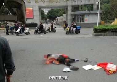 南京和燕路六十六中学门口老太太遭重型车碾轧 当场死亡