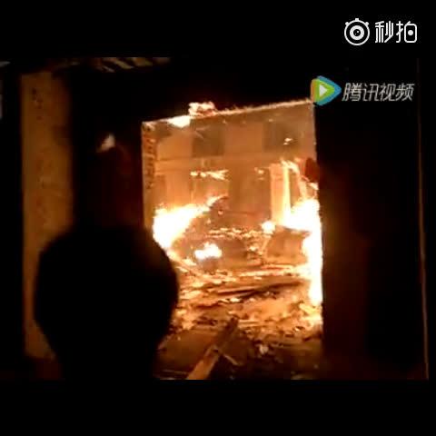 新绛县三泉水西村一家具加工厂突发火灾