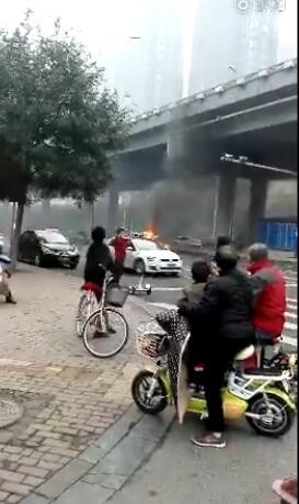 石家庄谈固大街槐安路口的一辆面包车发生自燃