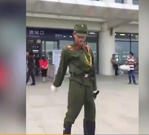 两男子为当网红 穿日本军服在高铁站作秀被拘