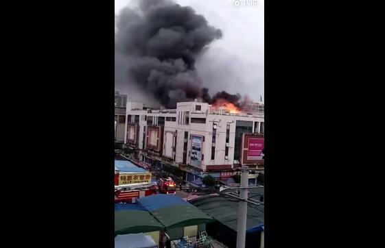 桂林市象山区瓦窑旅游批发城D座三楼突发大火