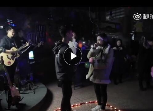 许昌学院大三男孩向相恋6年的大四学姐唱歌求婚