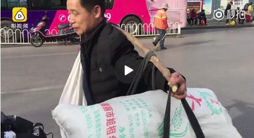 男子挑上百斤土特产数千里返程:老婆爱吃