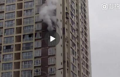 四川巴中某小区11楼突发大火