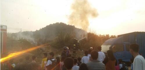 惠东一学校对面山坡着火 幸好消防员及时赶来扑灭