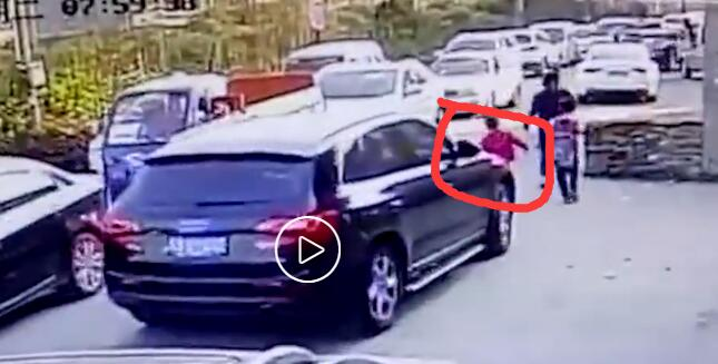 杭州母亲走路打电话 身后女儿遭车碾压身亡