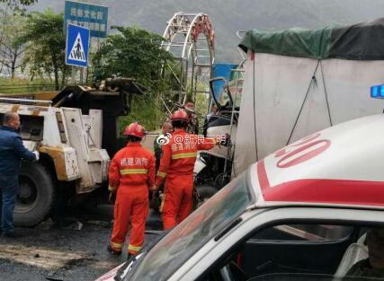 今早江滨路一货车车头撞毁、司机被卡