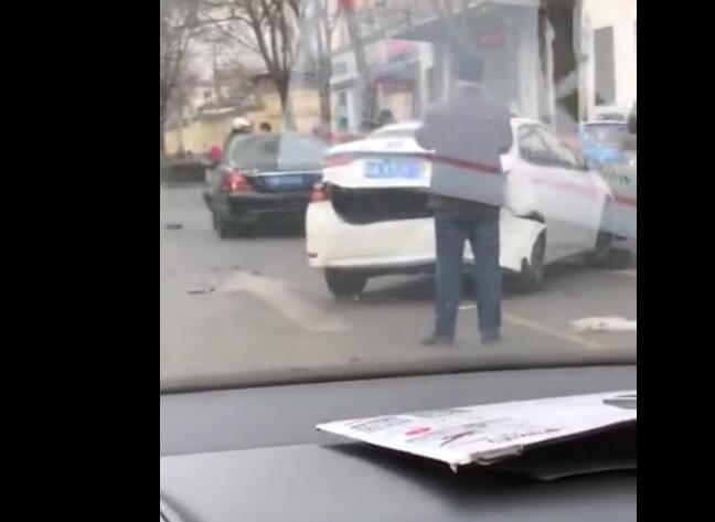 石家庄体育大街上美丽华附近发生连环车祸,现场惨烈