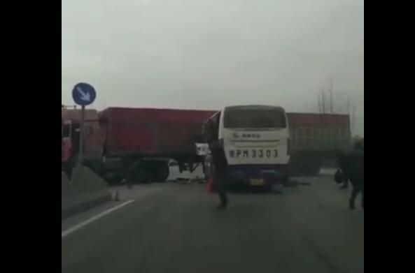 聊城聊莘路东昌府区沙镇豆堂路口客车与半挂车相撞