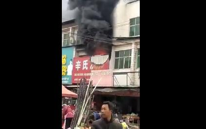 濮阳县海通乡两门村一凉皮店二楼突发火灾