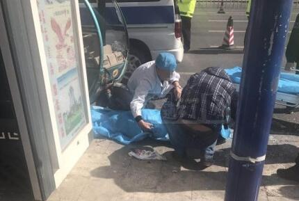 通辽建国路市防疫站附近公交站点一女子在公交站被电动三轮车撞倒