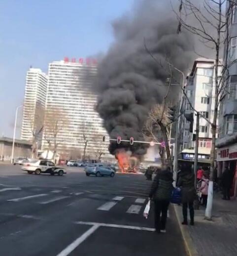哈尔滨道外区大新街与北十八道街交叉口36路公交车起火爆炸