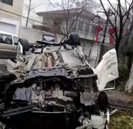 镇江丹阳一小车撞上路边石块180°侧翻 车子都废了