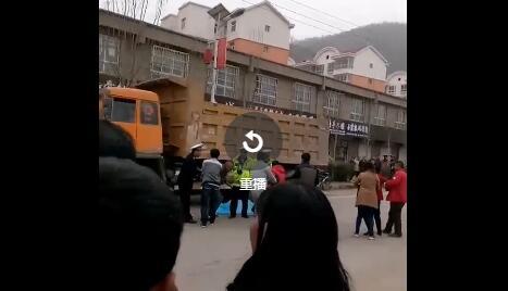 延安安塞一学生被渣土车撞身亡