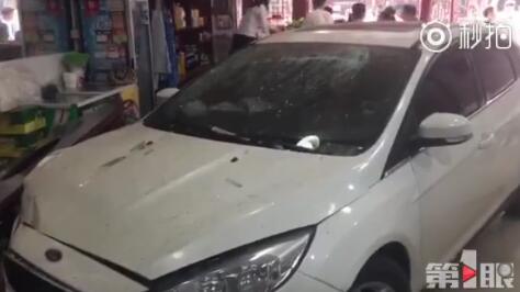 重庆南岸区福利社一辆轿车冲入明洋老火锅店