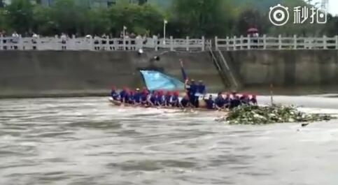 桂林鲁家村龙舟演练不慎翻船!多人落
