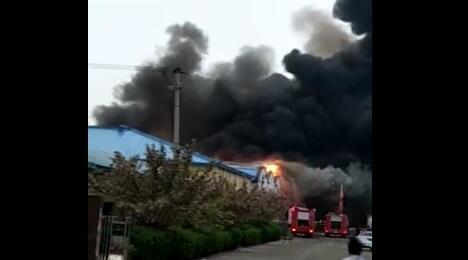 文安县刘么管区一企业厂房突发火灾,火势凶猛