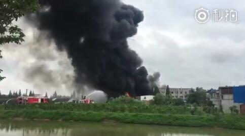 合肥撮镇马桥路的一家家具场起火 火灾原因不详
