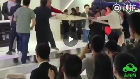 北京车展众泰汽车发布会现场有车主登台维权