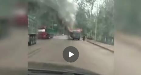 邢台一公交车突发大火 烧成只剩铁架
