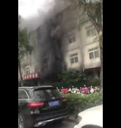 就在刚刚,梅岭小学盐阜路校区发生火灾