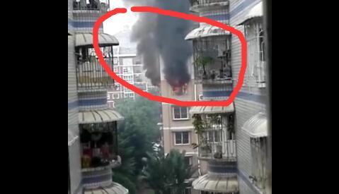 漳州市区华港花园12栋5楼一居民家中液化气瓶着火引发火灾